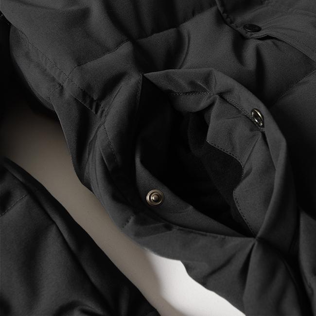 両サイドのマフポケットはさっと手を入れやすく、内側にはあたたかなフリース素材付き