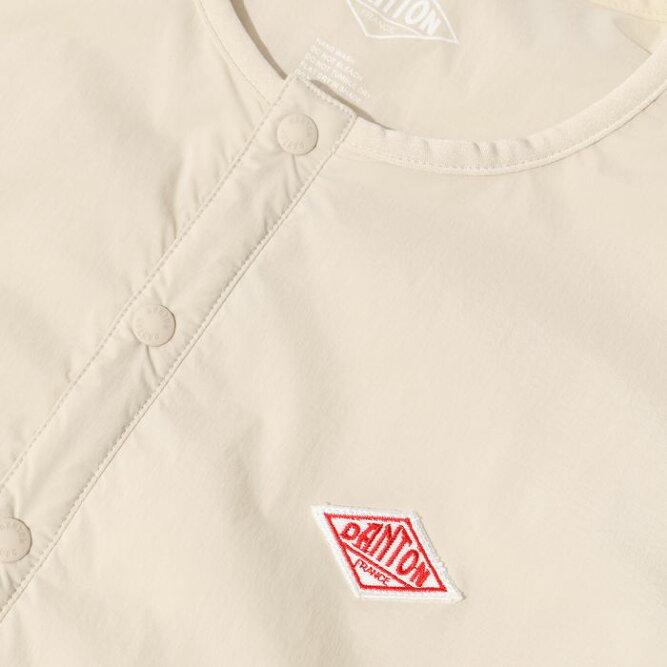 ダントンレディースナイロンストレッチタフタジャケット左胸のブランド定番のロゴワッペン
