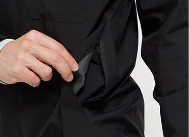 ノースフェイスクラウドジャケットサイドのファスナー付きポケット。