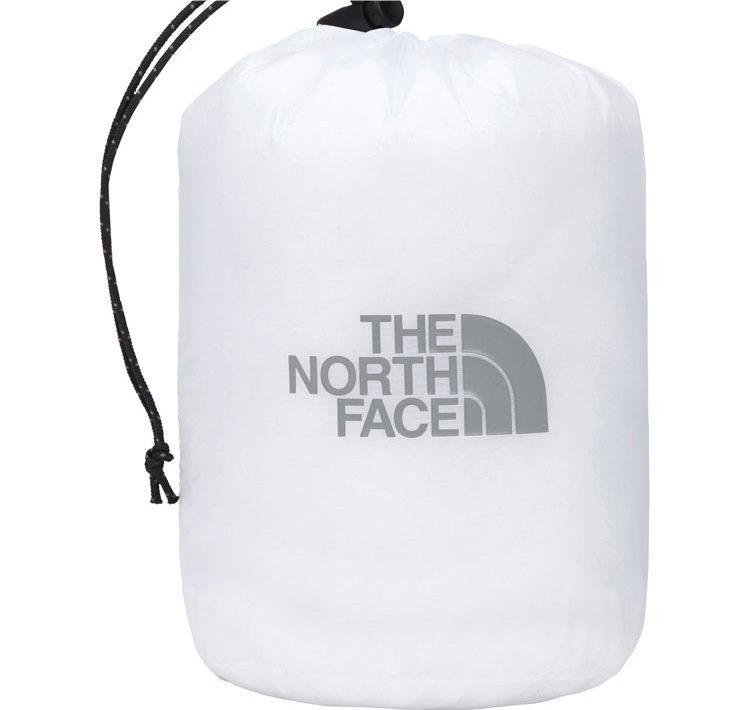 ノースフェイスクラウドジャケット携行に便利なスタッフサック付き。
